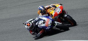 Lorenzo Passa Pedrosa alla prima curva.