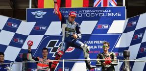 La gioia di Lorenzo sul podio fra Pedrosa e Crutchlow