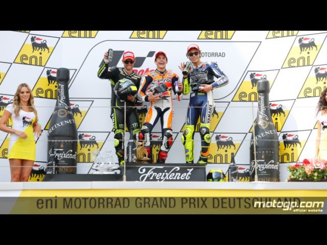 Il podio con Marquez sorridente fra Crutchlow e Rossi