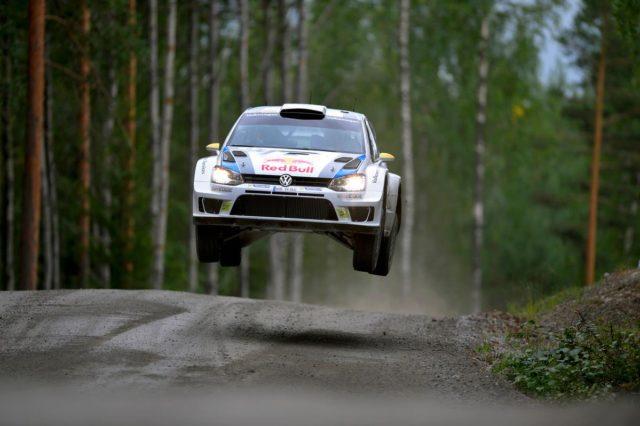 Sebastien Ogier vola verso la vittoria in Finlandia, la quinta stagionale