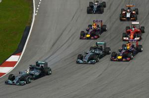 La partenza del Gp con Hamilton subito in testa alla prima curva