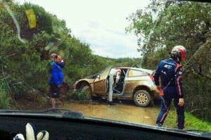 Ancora un uscita di strada per Kubica, con la sua Fiesta a bloccare il passaggio delle altre vetture.
