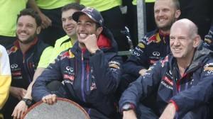 Ricciardo con Newey durante le foto per i festeggiamenti del Team Red Bull