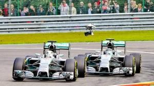 Il contatto fra Hamilton e Rosberg al secondo giro
