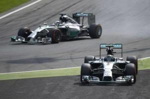 Rosberg va lungo e prende la via di fuga mentre Hamilton lo passa e va a vincere