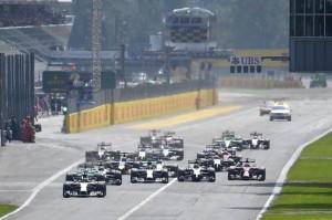 Lo scatto di Rosberg alla partenza del GP mentre Hamilton scivola dietro