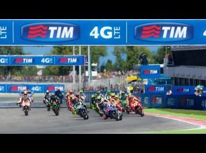 La partenza del GP con le Yamaha di Rossi e Lorenzo subito in testa
