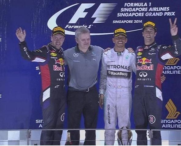 Sorrisi sul podio di Singapore con Hamilton fra Vettel e Ricciardo