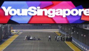 La Mercedes di Rosberg rimasta ferma in griglia di partenza viene spinta ai box.