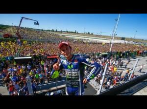 Valentino Rossi si gode il bagno di folla festante dopo la sua vittoria. Per lui è la 107' nel Motomondiale, a oltre diciotto anni dalla prima nel 1996. E la storia continua...