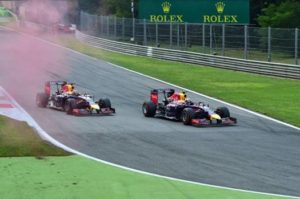 Il sorpasso capolavoro di Ricciardo su Vettel, prima finta a destra, quindi lo passa a sinistra