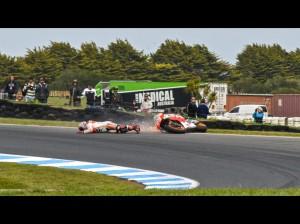 La caduta di Marc Marquez che ha spianato la strada a Valentino Rossi verso la vittoria.