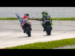 I complimenti fra Rossi a Marquez dopo lo splendido duello e la vittoria dello spagnolo