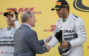 Putin consegna ad Hamilton la coppa del vincitore