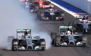 Rosberg spiattella le gomme alla prima curva nel tentativo di passare Hamilton