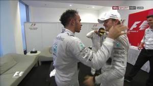 Rosberg va sportivamente a complimentarsi con Hamilton. Il tedesco è stato rallentato da problemi all'ERS ma è stato autore comunque di una stagione formidabile.