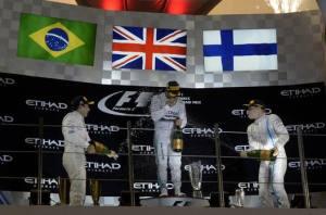 Hamilton sul podio, festeggiato da Bottas e Massa.