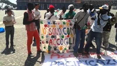 Manifestanti della campagna #IoSonoComeTeAccoglimi