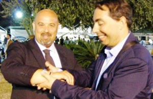 Adriano Casolaro consegna la forchetta bracciale a Rosario Lopa