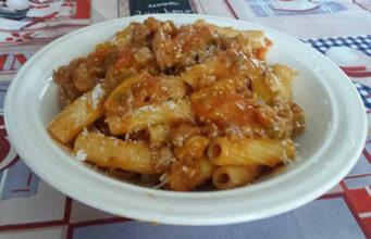 Penne rigate con salsicce e peperoni