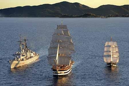 Nave Vespucci, De La Penne e Palinuro in navigazione acque antistanti Portoferraio - ph Marina Militare