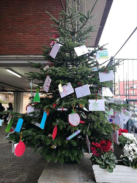 Albero di Natale nella scuola 'Gabelli' Napoli