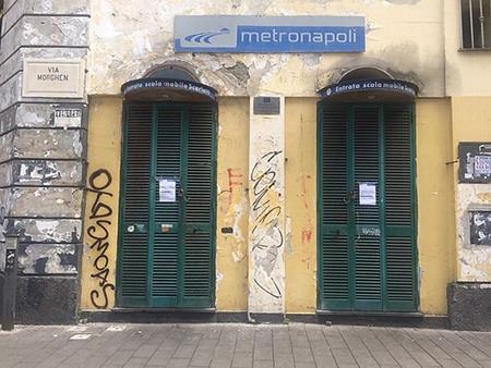 Napoli, via Morghen scale im... mobili