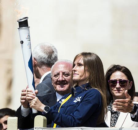 Vincenzo De Luca e Camille Chenaux con la Torcia dell'Universiade