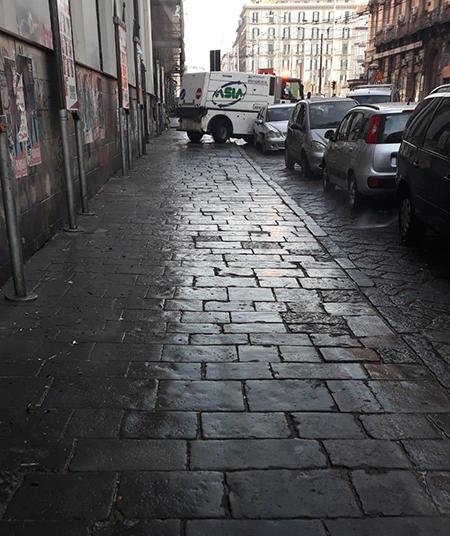 Napoli, pulizia in corso Garibaldi