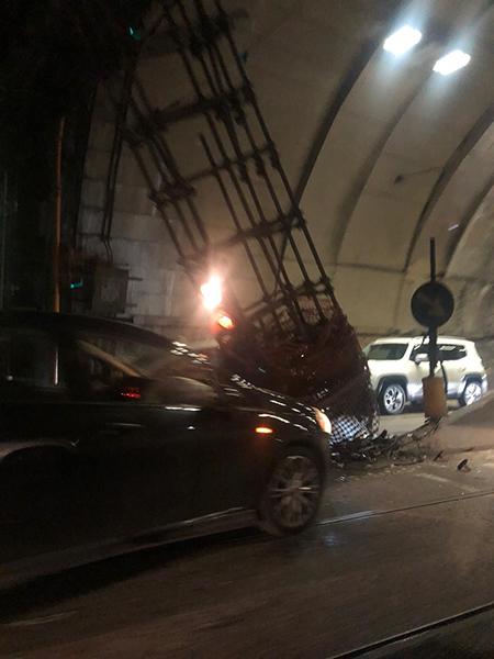 auto contro pilone in Galleria Vittoria a Napoli