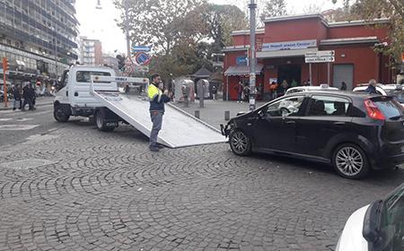 Carro gru auto contro pilone in Galleria Vittoria a Napoli