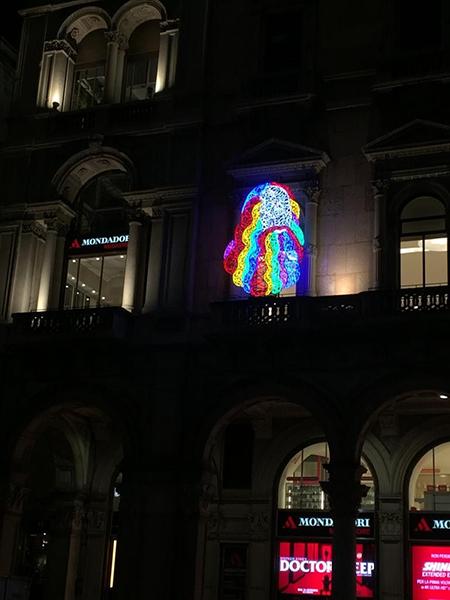 LEO di Marco Lodola scultura luminosa - Megastore Mondadori piazza Duomo Milano