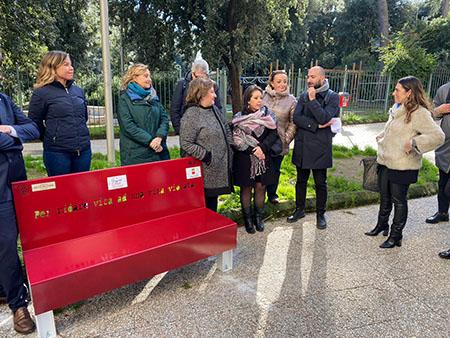 panchina rossa al Parco Mascagna di Napoli