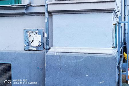 Cancellati teschi e le scritte minacciose su un palazzo di via Luca Giordano