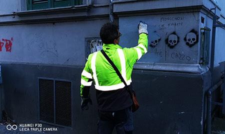 teschi e le scritte minacciose su un palazzo di via Luca Giordano a Napoli