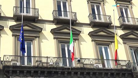 Palazzo San Giacomo bandiere a mezz'asta