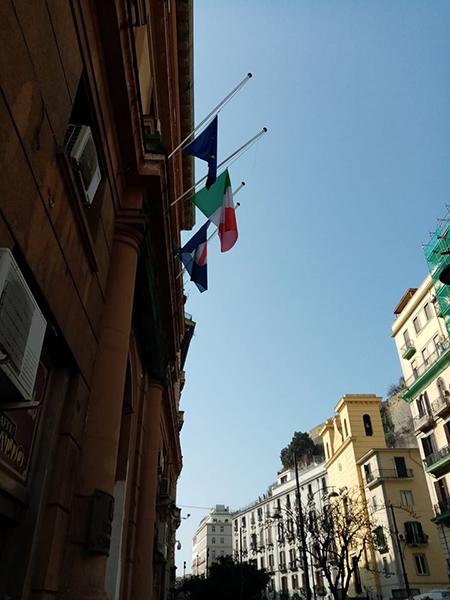 Palazzo Santa Lucia bandiere a mezz'asta