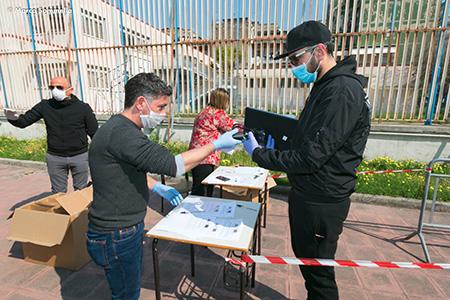Napoli, consegna tablet con scheda telefonica ad alunni