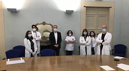 Enrico Rossi con medici manifestanti flash mob