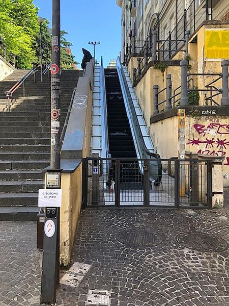 Napoli, Vomero, via Cimarosa, scala mobile ferma