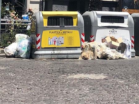 Napoli, piazza Vanvitelli sacchi pieni di rifiuti