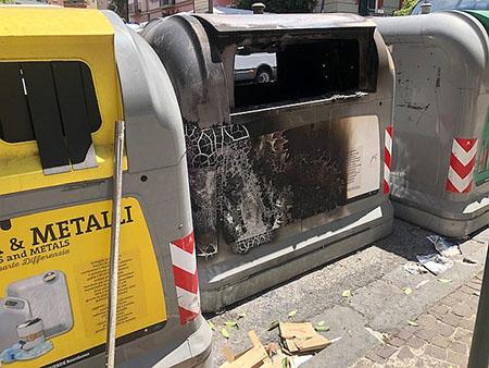 Napoli, in via Tino di Camaino campana incendiata