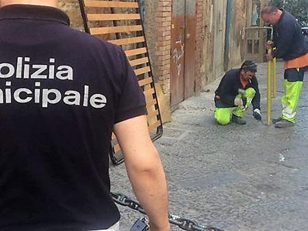 Rimozione paletti abusivi ai Quartieri Spagnoli di Napoli