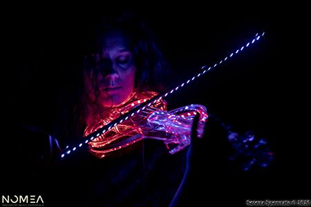 Veronica Parmiciano con violino a LED - foto Serena Spennato