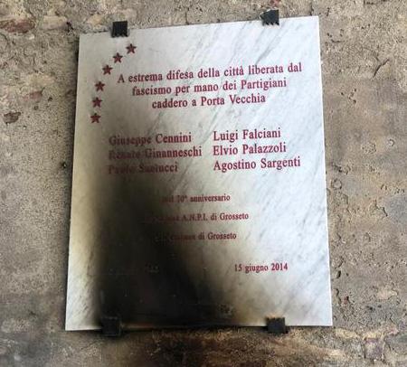 Stele dei partigiani incendiata a Grosseto