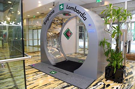 Tunnel sanificatore a Palazzo Pirelli a Milano