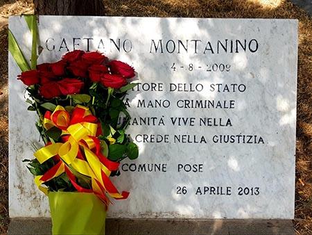 Fiori sulla lapide di Gaetano Montanino in piazza Mercato a Napoli