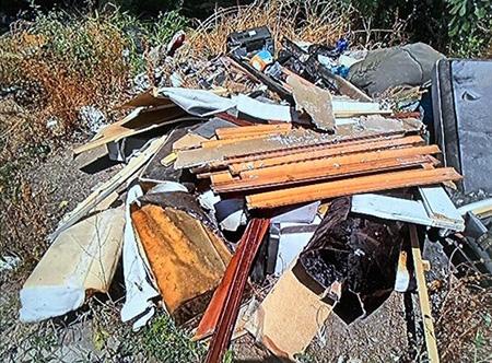 Napoli, rifiuti abbandonati a Ponticelli