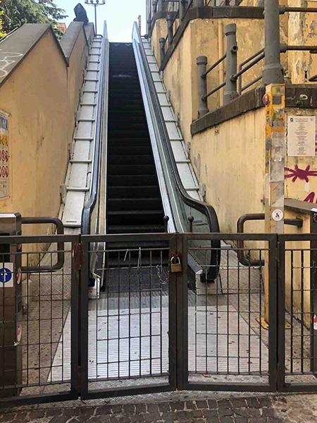 Napoli, via Cimarosa, scale mobili chiuse