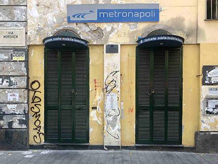 Napoli, via Morghen, scale mobili chiuse